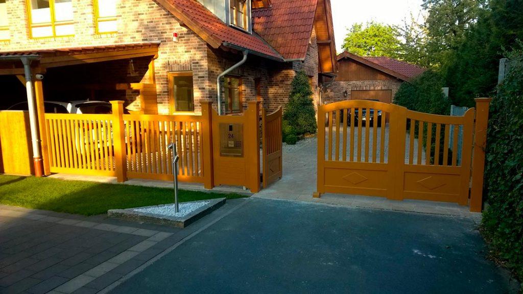 Außen Referenzen | Elektronische Toranlage aus Hartholz | Holzland Bunzel in Marl und Hamm