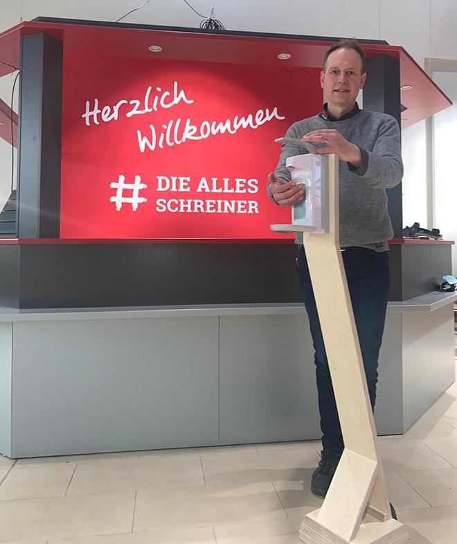 Peter Hönighaus am Desinfektionsspender | HolzLand Bunzel in Marl und Hamm